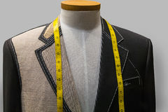 Unfertige Jacke an einem Schneidersystem (horizontal) Stockfotos