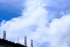 Unfertige konkrete Spalte unter Turmbau mit herausstehender Stahlverstärkungsstange stockbilder