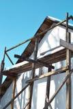 Unfertige Wanddekoration mit Fenster und hölzernem Gestell lizenzfreie stockbilder