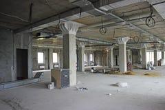 Unfertiger Innenraum des Geschäftszentrums im Bau im gre stockfoto