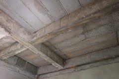 Unfertiger Innenraum des Hauses im Bau an der Baustelle lizenzfreie stockfotografie