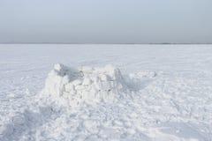 Unfertiger Schneebau des Iglus Stockfoto
