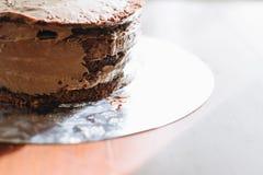 Unfertiger Schokoladenkuchen auf hölzernem Hintergrund lizenzfreies stockfoto