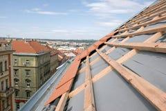 Unfertiges Dach eines Gebäudes in der städtischen Landschaft Lizenzfreie Stockfotografie