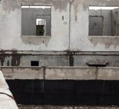 Unfertiges graues konkretes Gebäude in der Baustelle Stockbild
