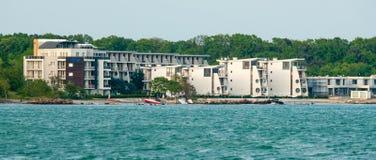 Unfertiges Hotel auf dem Strand in der Stadt von Pomorie, Bulgarien Lizenzfreie Stockbilder