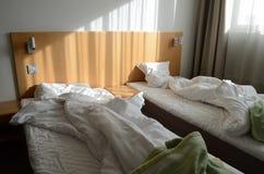 Unfilled кровать в комнате в мотеле стоковая фотография rf