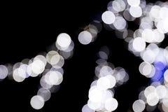 Unfocused abstraktes buntes bokeh mit blauer Lampe auf schwarzem Hintergrund defocused und verwischt vielen ringsum Licht lizenzfreie abbildung