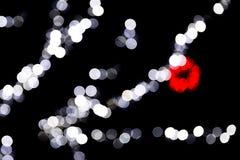 Unfocused abstraktes buntes bokeh mit roter und blauer Lampe auf schwarzem Hintergrund defocused und verwischt vielen ringsum Lic stock abbildung