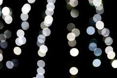 Unfocused abstraktes wei?es bokeh auf schwarzem Hintergrund defocused und verwischt vielen ringsum Licht lizenzfreie abbildung