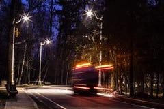 Unfocused ciężarowe przejażdżki przez nocy miasta parkują ekologia problemy zdjęcia stock