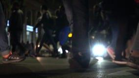 Unfocused het voet lopen bij overvol stadskruispunt stock videobeelden