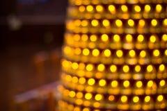Unfocused ljus i conusform i linjer Abstrakt begrepp av slags tvåsittssoffahemmet, avkoppling, aftontid Royaltyfri Fotografi