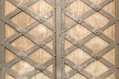 Unfocused rostige Holzt?ren mit einem geschmiedeten Metall stockfotografie