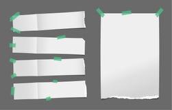 Unfolded сорвал белую карточку, бумагу примечания или пустую брошюру, листовку при тень вставленная с зеленой липкой лентой на те Стоковые Фотографии RF