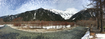Unfrozen Azuza rzeka w Kamikochi parku narodowym Obraz Stock