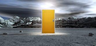 Unfruchtbares Lanscape mit geschlossener gelber Tür Lizenzfreie Stockfotos