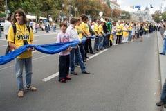 Unfurling della bandiera nazionale dell'Ucraina Fotografie Stock