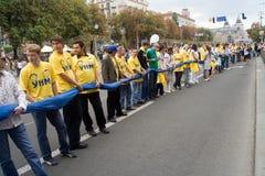 Unfurling van nationale vlag van de Oekraïne Royalty-vrije Stock Foto