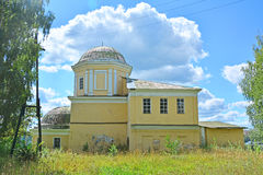 Ungültige Kirche des 18. Jahrhunderts ohne Kreuz in Torzhok-Stadt, Russland Stockfoto