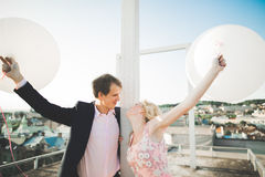 Ung älska kvinna och man som går i händer för stadstakinnehav Royaltyfri Fotografi