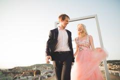 Ung älska kvinna och man som går i händer för stadstakinnehav Royaltyfri Bild