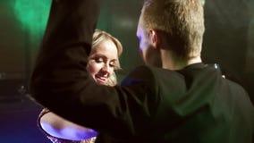 Ung älska pardans i en nattklubb stock video