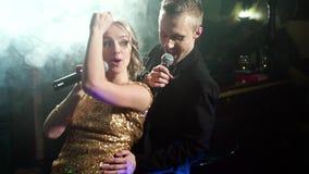 Ung älska pardans och kel i en karaokestång stock video