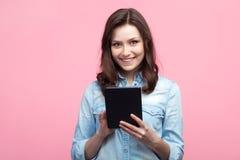 Ung älskvärd flicka som använder minnestavlan arkivfoto