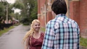 Ung älskvärd pardans utomhus i sommar Romantiskt datera eller lovestory lager videofilmer