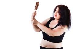 Ung överviktig mat missbrukade kvinnan som kämpar med henne, ke fotografering för bildbyråer