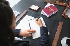 Ung advokat som i regeringsställning arbetar, royaltyfri foto