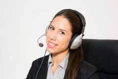 Ung affär klätt kvinnligt arbete som telemarketer fotografering för bildbyråer