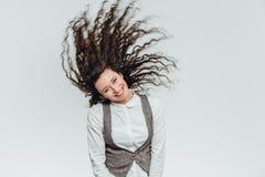 Ung affärsdam med härligt lockigt hår på en vit bakgrund arkivfoton