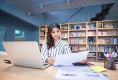 Ung affärsentreprenör som arbetar med stor dataanalys Royaltyfria Foton