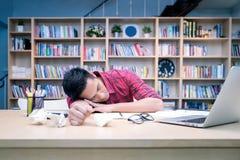 Ung affärsentreprenör som sover efter arbetsspänning Royaltyfri Foto