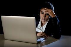 Ung affärskvinna eller studentflicka som sent arbetar i mörker på bärbar datordatoren på natten som ser koncentrerad Arkivfoton