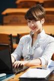 Ung affärskvinna genom att använda bärbar dator Arkivbilder