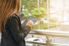 Ung affärskvinna genom att använda den digitala tableten royaltyfri foto
