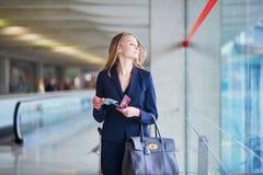 Ung affärskvinna i internationell flygplats arkivbilder