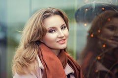 Ung affärskvinna i varma kläder som utomhus tycker om tid i tid för vinterferie royaltyfri bild