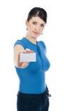 Ung affärskvinna med affärskortet Royaltyfri Bild