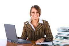 Ung affärskvinna med bärbar dator royaltyfri bild