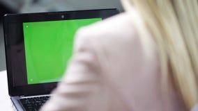 Ung affärskvinna med bärbar datormaskinskrivning på kontoret arkivfilmer