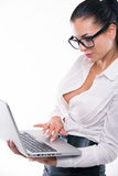 Ung affärskvinna med bärbara datorn Arkivbild