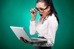 Ung affärskvinna med bärbara datorn Arkivfoto