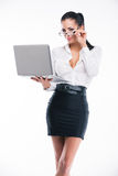 Ung affärskvinna med bärbara datorn Fotografering för Bildbyråer