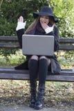 Ung affärskvinna med bärbara datorn Royaltyfri Fotografi