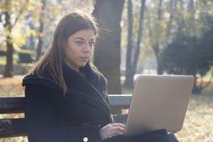 Ung affärskvinna med bärbara datorn Royaltyfri Bild