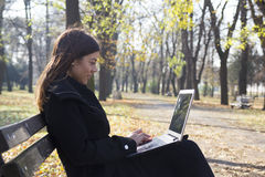 Ung affärskvinna med bärbara datorn Royaltyfri Foto